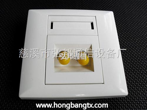 光纤桌面盒与光纤面板适用于FTTH、FTTO、FTTD等场合;盒盖扣接设计大大降低了安装难度,薄型盒体,与其它A86电器接线盒面板相匹配,并适合光缆的明暗布线;配合FC条型光纤适配器产品,使用户可选的光纤接口形式更多,SC、LC、SC-FC皆可使用;盒内的大直径绕线柱从根本上对盒内光纤起到全方位保护。面板的主要作用是用以固定模块,保护信息出口处的线缆,起到了类似屏风的作用。信息面板对于布线系统来说,不是主要的影响性能的产品部件,但在整个布线系统中,却是仅有的几个外露在表面产品之一。 产品特性: 材质:采用